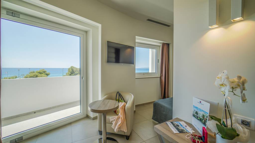 Santa-Caterina-Village-Scalea-junior-suite-салон-окно-DSC09040