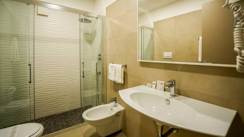Santa-Caterina-Village-Scalea-chambre-salle-de-bain-douche-miroir-DSC09155