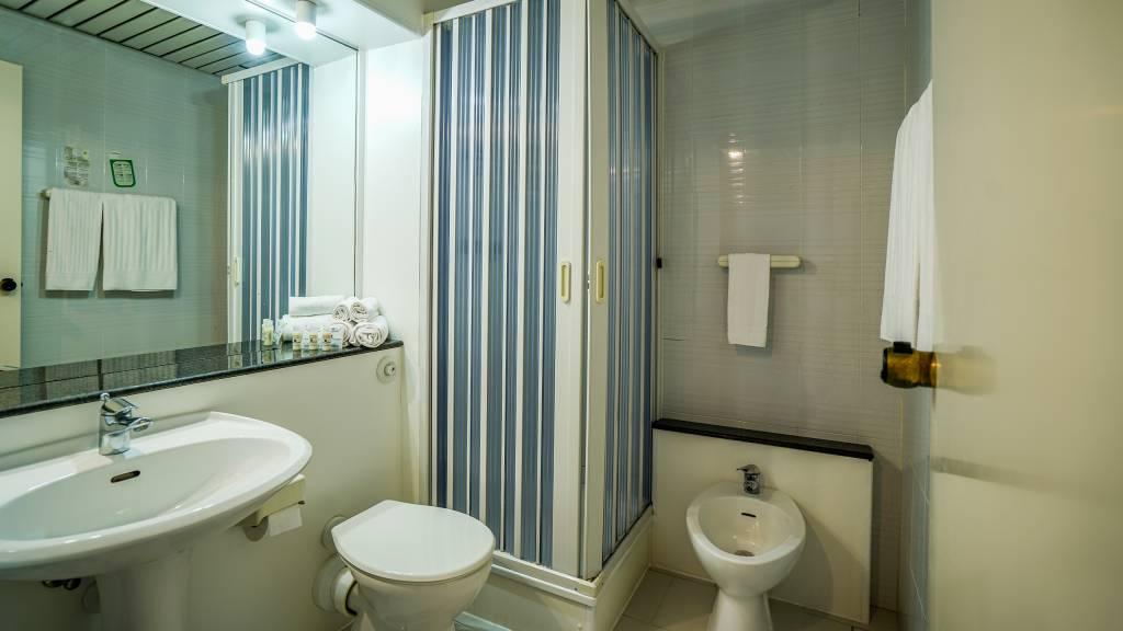 Santa-Caterina-Village-Scalea-chambre-smart-salle-de-bain-douche-2-DSC09203