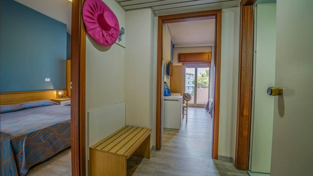 Santa-Caterina-Village-Scalea-chambre-smart-lit-matrimonial-banc-DSC09245
