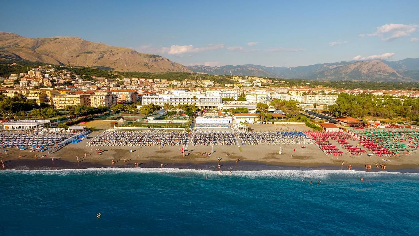 Santa-Caterina-Village-Scalea-деревня-море-Пляжные-зонтики-пляж-отель-DJI-0027