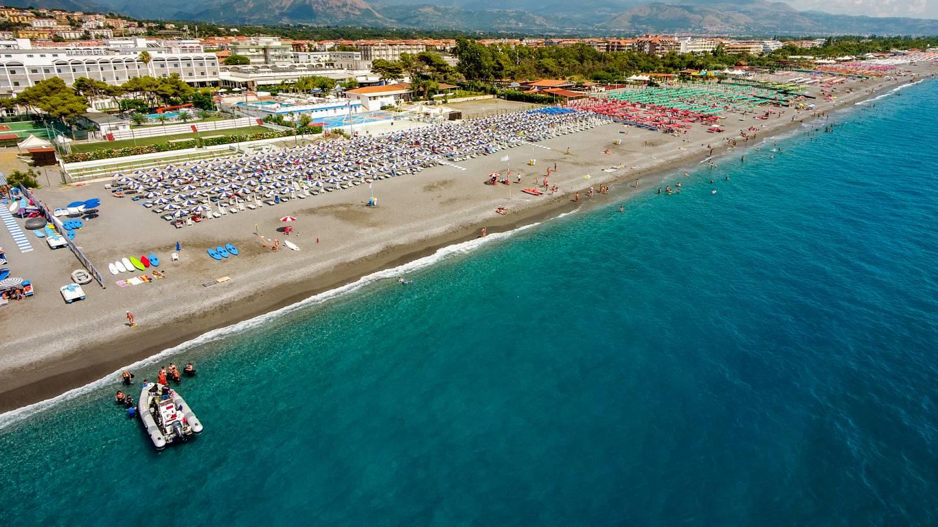 Santa-Caterina-Village-Scalea-деревня-море-Пляжные-зонтики-пляж-отель-3-DJI-0036