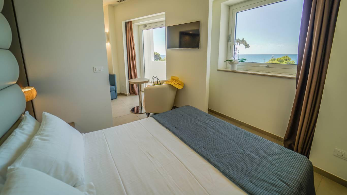 Santa-Caterina-Village-Scalea-junior-suite-спальне-окно-DSC09057