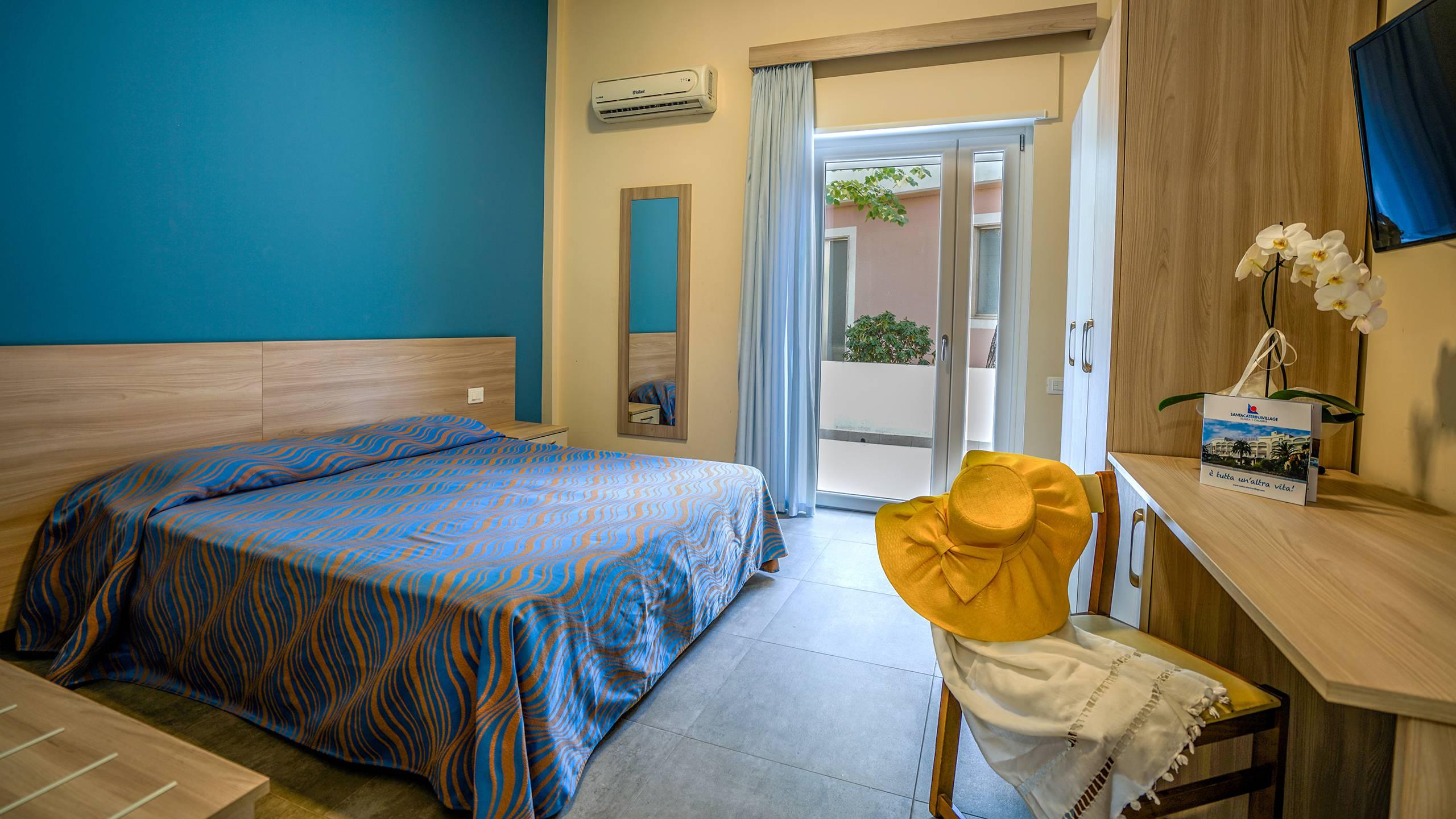 Santa-Caterina-Village-Scalea-chambre-smart-lit-matrimonial-bureau-DSC00141