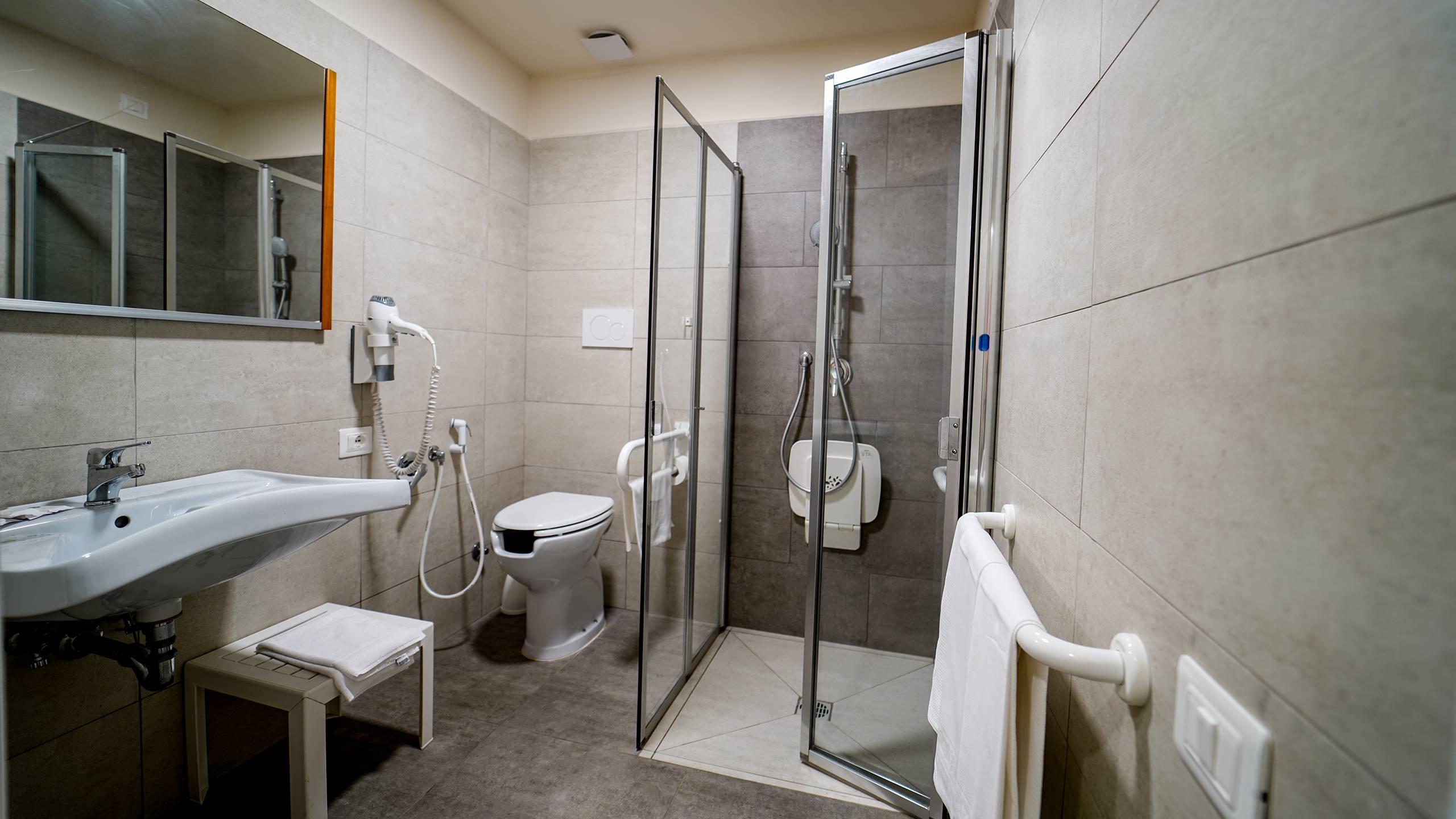 Santa-Caterina-Village-Scalea-chambre-smart-salle-de-bain-douche-DSC00181