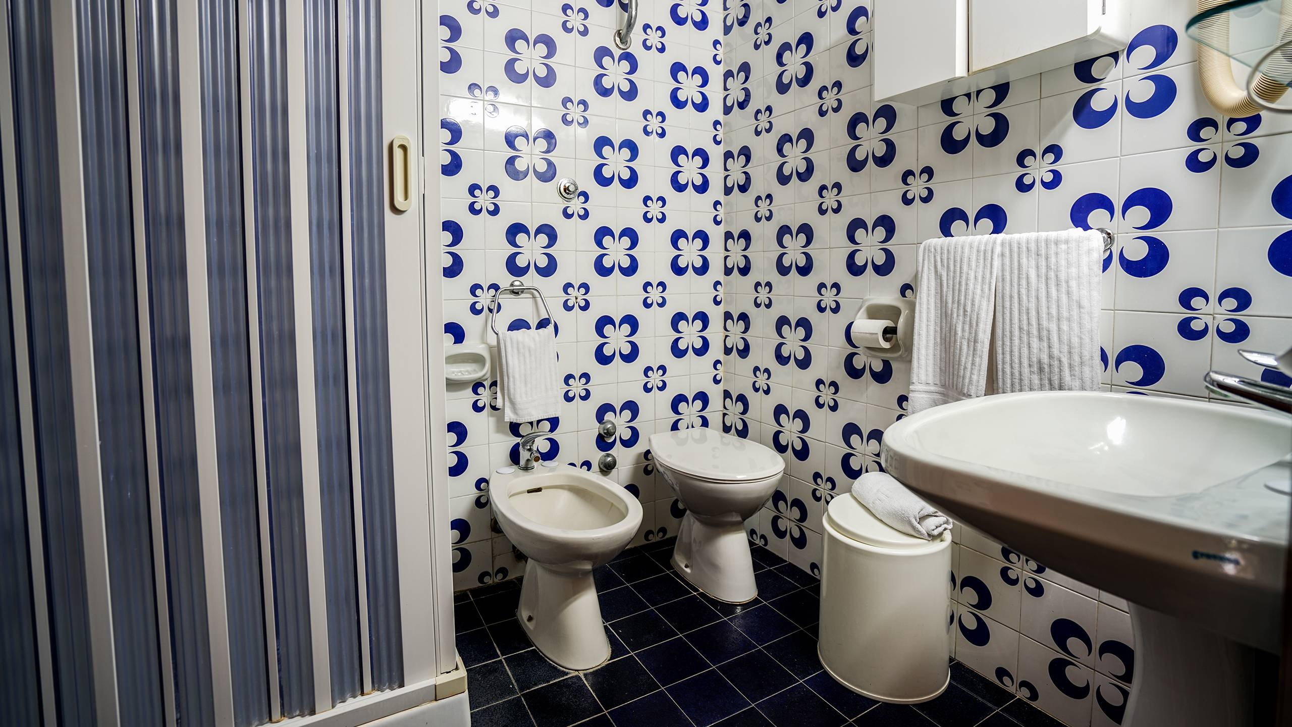 Santa-Caterina-Village-Scalea-basic-room-bathroom-shower-DSC00434
