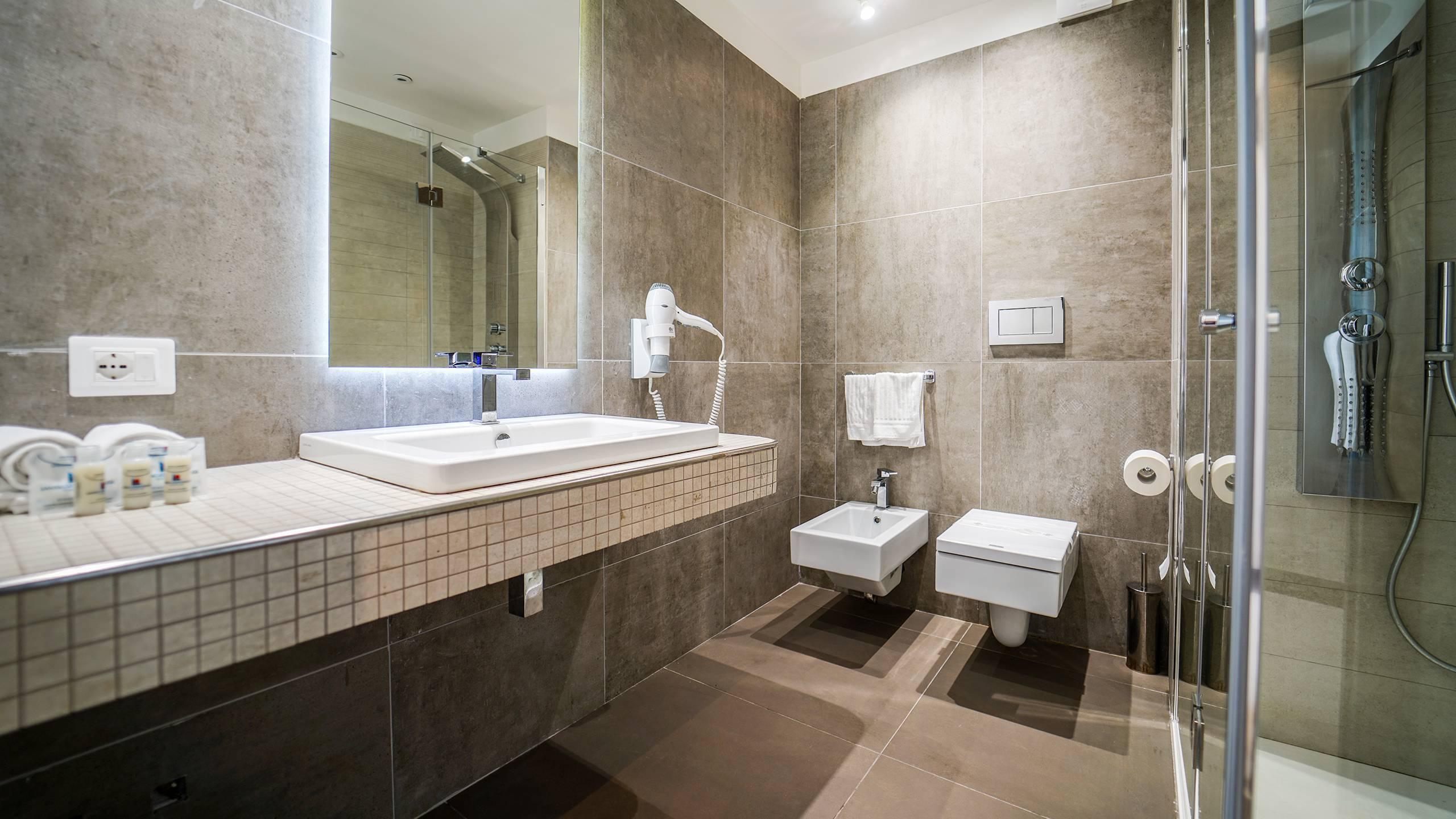 Santa-Caterina-Village-Scalea-junior-suite-туалет-душ-DSC09075