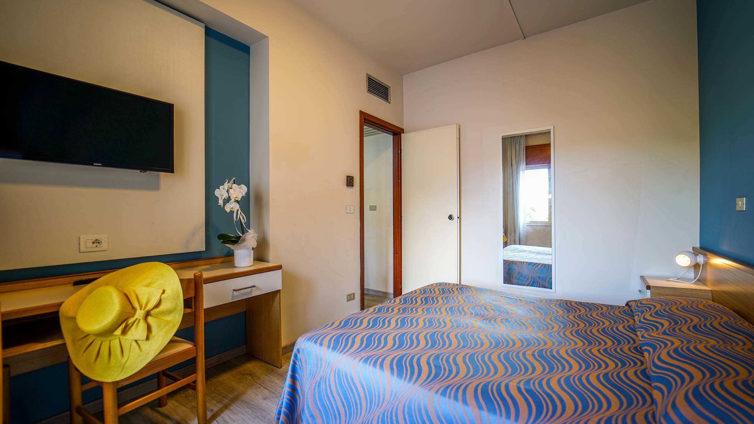 Santa-Caterina-Village-Scalea-chambre-smart-lit-matrimonial-bureau-2-DSC09235