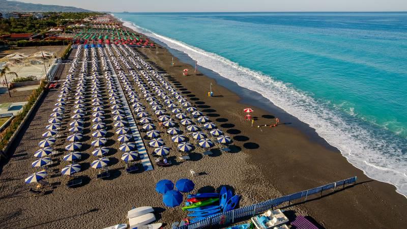 Santa-Caterina-Village-Scalea-деревня-море Пляжные-зонтики-пляж-2-DJI-0020