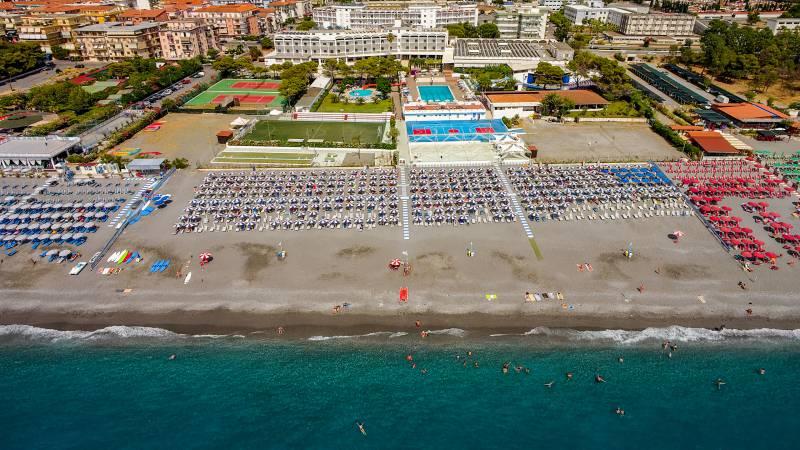 Santa-Caterina-Village-Scalea-деревня-море-Пляжные-зонтики-пляж-отель-4-DJI-0046