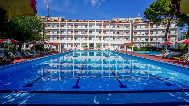 Santa-Caterina-Village-Scalea-деревня-бассейн-пляжный-зонтик-отель-DSC01939